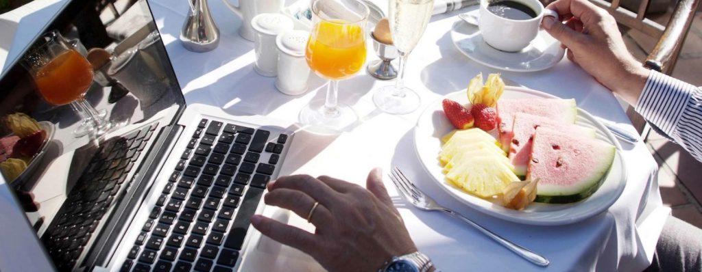 Im April in der Sonne frühstücken